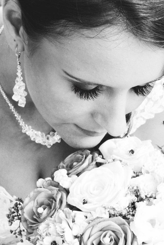 Černobílá_svatební_fotografie_nevěsty_AMcreation